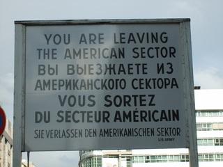 Schild Checkpoint Charly - DDR, Mauer, Grenze, Checkpoint Charly, amerikanischer Sektor, Sprache