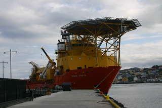 Versorgungsschiff für eine Ölplattform - Versorgungsschiff, Forschungsschiff, Verkehr, Wasserfahrzeug, Technik, Hubschrauberplattform, Aufbauten, Norwegen, Pier, Steg, Landeplatz