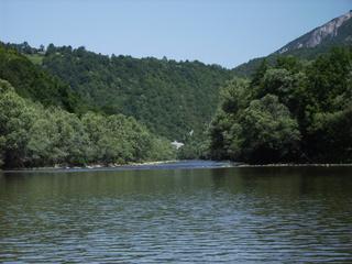 Fluss Sana in Bosnien - Fluss, Natur, Bäume, Berge, Wald, Bosnien