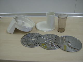 Küchenmaschine Schnitzelwerk #2 - Küchenmaschine, Zusatzteile, Schnitzelwerk, zerkleinern, reiben, raspeln, hobeln, Scheiben, Einfüllstutzen, Halterung