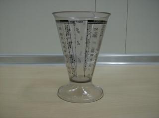 Messbecher - Messbecher, Kunststoff, Kegel, Messstrich, Maßeinheit, Liter, Kubikzentimeter, Gramm, Dichte, Volumen