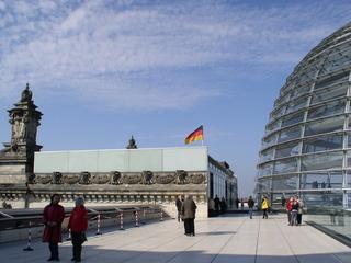 Das Dach des Reichtagsgebäudes in Berlin - Reichstag, Reichstagsgebäude, Berlin, Kuppel, Sir Norman Foster, Architekt, Regierungsgebäude, transparent, begehbar, Dach, Hauptstadt, Flagge