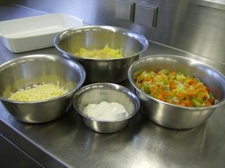 Appenzeller Gemüseauflauf #1 - Zutaten, Appenzeller, vegetarisch, gerieben, Kartoffeln, Gemüse, Karotte, Lauch, Paprika, Speisequark, Schüsseln, Auflaufform