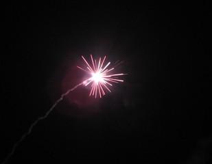 Feuerwerk 2 - Rakete, Feuerwerk, Silvester, Neujahr, Lichteffekt, Pyrotechnik, leuchten, Licht, Nacht, Himmel, schwarz, hell, leuchtend