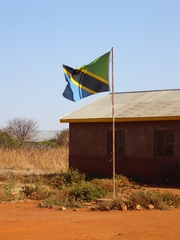 Schulgebäude in Tansania - Schule, Afrika, Tansania, Flagge, Haus, Fahnenmast, Holzhaus, Bildung, Dritte Welt, Fahne