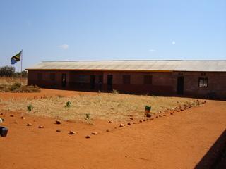 Schule in Tansania - Schule, Afrika, Tansania, Holzhaus, lernen, Bildung, Dritte Welt, Schulhof, Abgrenzung, Steine