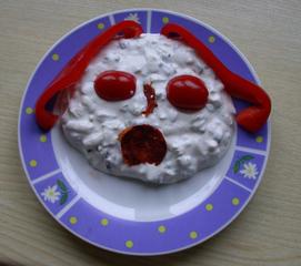 Quarkgesicht :-) - Quark, Paprika, Tomate, Chorizo, Beilage