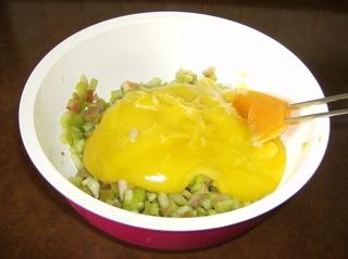 Mein Rhabarberkuchen #1 - Rhabarber, gezuckert, Vanillepudding, Pudding, mischen, unterheben, Schüssel, Kochlöffel