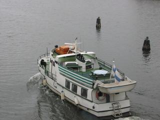 Boot mit finnischer Fahne auf einem See - Transport, Verkehr, Schiff, Schifffahrt, Fahne, Flagge, See, Boot