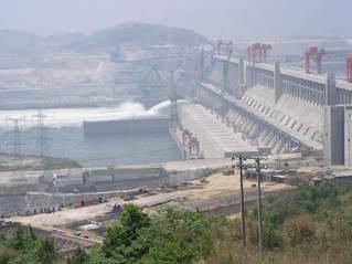 Drei-Schluchten-Damm #1 - Drei-Schluchten-Damm, Jangtsekiang, Talsperre, Staumauer, Staudamm, Flutwasser, Überschwemmung, Energiegewinnung, Energie, Physik, Elektrizität, elektrischer Strom, Kraftwerk, Wasserkraftwerk, Baustelle