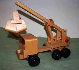 Kranwagen aus Holz - Holzspielzeug, Spielzeug, Kranwagen, Hebevorrichtung, Seilwinde, Rolle, Kraft, Last, Kran, Wagen, Auto, LKW, Physik, Schwerpunkt