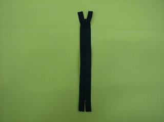 Reißverschluss #1 - Reißverschluss, Zipper, Zippverschluß, Seitenteile, Krampen, kleine Zähne, Schieber, verhaken, Kunststoff, schwarz, geschlossen
