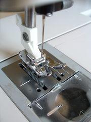 Maschine Husqvarna: Stichplatte mit Transporteur, Nähfuß und Nadel  - Transporteur, Nähmaschinennadel, Stichplatte, nähen, Nähmaschine