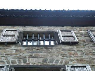Vergittertes Fenster - alt, Haus, Fenster, Fensterläden, Gitter, Steinhaus, Mauerwerk, Untersicht