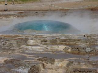Wasserblase vor Ausbruch des Geysirs - Geysir, Island, Dampf, Druck, Eruption, Quelle, Wärme, heiß