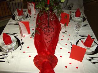 Tischdekoration *Hochzeit* #2 - Tischdekoration, Hochzeit, weiß, rot, Platzteller, Teller, Besteck, Messer, Gabel, Fischbesteck, Serviette, Glas, Weinglas, Menükarte, Streuteile, Herzen, Organza