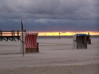 Strandkörbe im Abendlicht - Strandkorb, Abend, Sonnenuntergang, Nordsee, Sand, Strand, Erholung, Freizeit, Ruhe