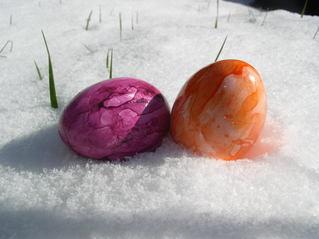Ostereier im Schnee - Ostern, Ostereier, Osterei, Mehrzahl, zwei, bunt, Schnee, suchen, lila, orange