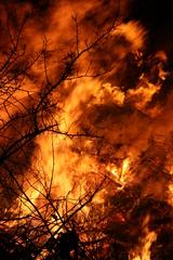 Osterfeuer 2 - Ostern, Osterbrauch, Ostersonntag, brennen, Feuer, Ostersamstag, Flammen, lodern, Hitze, heiß, verbrennen, Brauch, Ostern, Ostermontag, Feuer, Kult, Winter austreiben, heiß, Verbrennung, Oxidation