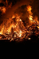 Osterfeuer 3 - Ostern, Osterbrauch, Ostersonntag, brennen, Feuer, heiß, Flammen, Verbrennung, Oxidation, Ostermontag, Ostersamstag, Kult, Winter austreiben, lodern, verbrennen