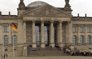 Bundestag Berlin - Reichstag, Reichstagsgebäude, Reichtstagskuppel, Parlament, Regierungssitz, Deutscher Bundestag, Bundesrepublik Deutschland, Berlin, Regierung, Politik, Flagge