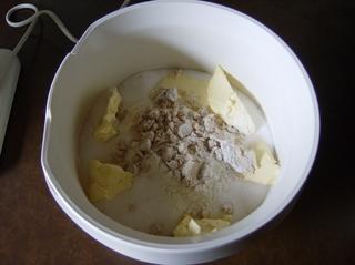 Hefeteig, Zubereitung #1 - Hefeteig, Mehl, Zucker, Margarine, Hefe, bröseln, Hefebrösel, Schüssel, Küchenmaschine