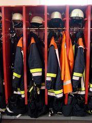 Kleidung der Feuerwehrleute - Feuerwehr, Kleidung, Schutzkleidung, Schutz, Leuchtstreifen, schwer entflammbar, Helm, Jacke, Hose, Stiefel, Kleiderspint