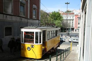 Tram in Lissabon - Straßenbahn, Tram, Trambahn, Transportmittel, öffentlich, Verkehrsmittel, Schienen, zweiachsig, elektrisch