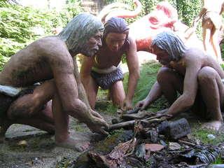 Urmenschen machen Feuer - Urmenschen, Urgesellschaft, Altsteinzeit, Feuer