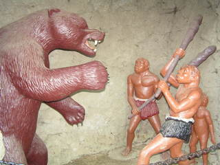 Urmenschen im Kampf mit einem Bären - Urmenschen, Bären, Jagd, Altsteinzeit, Urgesellschaft