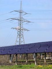 Photovoltaik 2 - Photovoltaik, Solarenergie, Sonnenenergie, Umwelt, umweltfreundlich, Solarfläche, Module, Strom, Stromerzeugung, Energie, Energiegewinnung, Energieumwandlung, Strahlungsenergie, Elektrizität, Starkstrommast