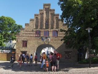 Das Nordertor ist das Wahrzeichen der Stadt Flensburg. - Nordertor, Stadttor, Kontrolltor, Tor, rot, Backstein, Giebel, Wappen, Schutz, schließen, bewachen, Flensburg, Wahrzeichen, Stufengiebel