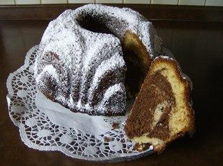 Nougatkuchen #6 - Kuchen, backen, Zutaten, Mehl, Eier, Zucker, Butter, Backpulver, Schüssel, Teig, Masse, aufgeschnitten, Kuchenplatte, Tortenspitze, Gugelhupf