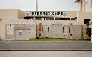 Ehemaliger Bunker in der Normandie - Invasionsküste - Bunker, II Weltkrieg, Krieg, Invasion, Invasionsküste, Normandie, Frankreich, Omaha-Beach, Amerikaner, Beton, Schutzwall, Alliierte, Internetcafé