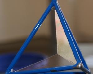 Seifenblasen - Seifenblase, Tenside, Oberflächenspannung, Membrane, Brechung, schillern, Seifenfläche, Minimalfläche, Seifenhaut, Tetraeder, Vierflächner, Vierflach, Dreieck, Fläche, Seitenflächen, Pyramide, Physik