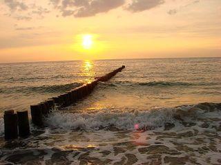 Sonnenuntergang am Meer - Sonne, Sonnenuntergang, Küste, Meer, Ostsee, Wasser, Wellen, Abend, Nacht, Meditation, Erzählanlass, Kalenderbild, kitschig, beruhigend, Bune, Landbefestigung, Schreibanlass, Schaumkronen