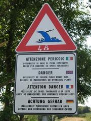 Gefahrenschild: Flutwellen - Gefahr, mehrsprachig, Übersetzung, Hinweis, Warnung, Warnschild, Italien, Arno