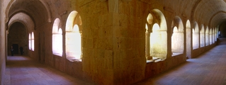 Abtei le Thoronet, Kreuzgang (Panoramafoto) - Abtei, Kreuzgang, Architektur, Zisterzienser, Kloster, Licht und Schatten, Perspektive