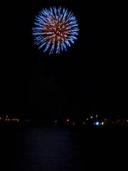 Feuerwerk - Feuerwerk, fete nationale, Nationalfeiertag, Frankreich, Meer, Nacht, Himmel, Lichter, Farben, leuchten, Feuerwerkskörper, pyrotechnische Gegenstände, Pyrotechnik, Rakete, Antrieb, Rückstoß koordinierte Zündung, Zündung