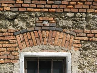 Alter Fenstersturz - alt, Fenster, Fenstersturz, Ziegel, Kraft, Druck, Bogen, Entlastungsbogen