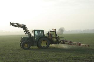 Herbstimpressionen #4 - Traktor, Trecker, düngen, Dünger, Landwirtschaft, Nebel, Acker, Winterweizen, Feld, Umwelt, Umweltschutz