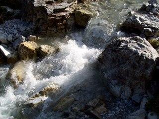 Gebirgsbach - Bach, fließen, Wasser, Leben, Erfrischung, Meditation, Schneeschmelze, Urlaub, Erholung, Strömung, sprudeln, Gewässersohle, steinig, Geröll