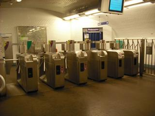 Zugang zur Metro in Paris - Métro, Paris, tickets, ticket, billets, billet, Fahrkarten stempeln, entwerten, Schranke, Sperre, Zugang, Stempelautomaten