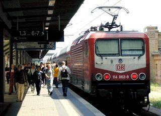 Regionalexpress im Bahnhof - Verkehr, Regionalexpress, Bahnhof, Zug, Bahnsteig, Schienen, Anzeigetafeln