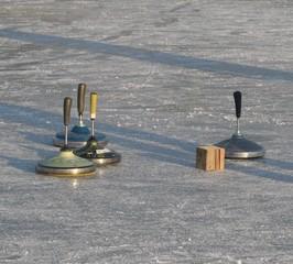 Eisstockschießen - Eisstock, Wintersport, Reibung, Stoß, Impuls, Energieerhaltung, Physik, Stocksport, Volkssport, Präzisionssport, Daube, Stockkörper