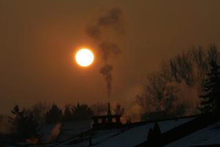 Sonnenaufgang - eiskalt - Sonnenaufgang, Winter, Kälte, Sonne, Rauch, Rauchzeichen, Luftverschmutzung, Umweltverschmutzung