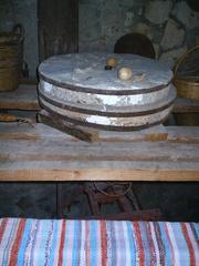 alter Mühlstein mit Mühlwerk - Zypern, Mühle, Wasser, Mühlstein, Geschichte, Handwerk, mahlen, Reibung, Druck