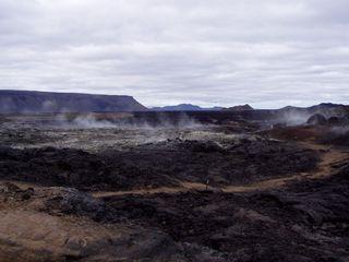 Lavaspalte - Lavaspalte, erstarrte Lava, warm, schwarz, endogene Kräfte, Plattentektonik, divergierende Platten, Vulkanismus, Geologie, vulkanisch, Oberfläche, Geodynamik, Landschaft, Lavafeld