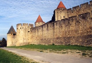 Carcassonne - Teilansicht der Stadtmauer - Carcassonne, Stadtmauer, Mittelalter, Straße, Weg, Wachturm