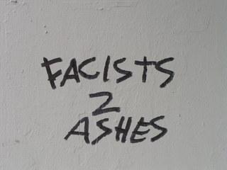 Graffiti - Graffiti, Englisch, Meinung, Schrift, politisches Graffiti, gegen rechts